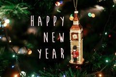 新年好在女王/王后` s卫兵的文本标志在大笨钟圣诞节附近 免版税库存照片