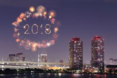 2018新年好烟花闪闪发光在晚上, Odaiba,东京, Jap 图库摄影