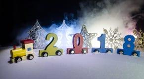 2018新年好,木玩具火车运载的数字在雪的2018年 玩具火车与2018年 复制空间 圣诞节装饰装饰新家庭想法 免版税库存图片