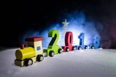 2018新年好,木玩具火车运载的数字在雪的2018年 玩具火车与2018年 复制空间 圣诞节装饰装饰新家庭想法 库存照片