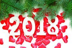 新年好 在红色心脏背景的2018个数字 免版税库存图片