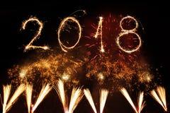 新年好2018年写与闪闪发光烟花在黑backg 库存图片