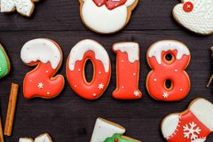新年好2018标志标志用在黑暗的木背景,拷贝空间的红色和白色姜饼曲奇饼 顶视图,平的位置 库存图片