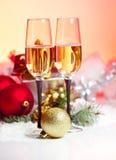 新年度和圣诞节庆祝。二块香宾玻璃在Hol中 图库摄影