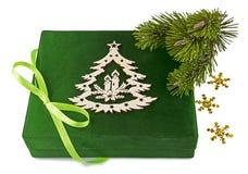 新年度有弓和枝杈圣诞树的绿色配件箱 免版税库存图片