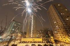 新年度烟花在城市住宅区  库存图片