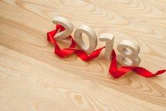 新年度`s概念 图2018从在backgro的木头雕刻了 免版税库存照片