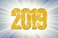 新年快乐发光的金子第2019年 在太阳光芒bokeh背景的金黄闪烁数字 发光的发光的设计,光 库存例证