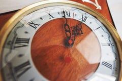 新年快乐在午夜2018年,老木时钟 免版税图库摄影