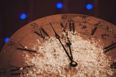 新年快乐背景庆祝卡片闪耀的装饰观看时钟葡萄酒变褐 免版税库存图片