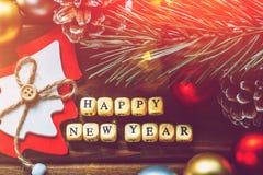 新年快乐背景,圣诞节装饰,上色了球,手工制造玩具杉树,在木背景,顶视图的饼 库存照片