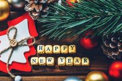 新年快乐背景,在木背景的圣诞节装饰 免版税库存照片