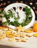 新年快乐自午夜2018年,有假日光的老木时钟和冷杉分支 烹调和装饰圣诞节 免版税库存照片