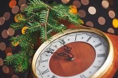 新年快乐自午夜2018年,有假日光的老木时钟和冷杉分支 图库摄影