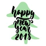 新年快乐-与在白色背景隔绝的圣诞树的手拉的字法行情 乐趣刷子酸碱度的墨水题字 免版税库存照片