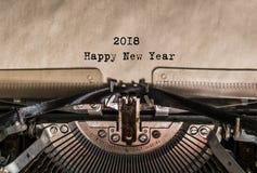 新年快乐2018个词在葡萄酒打字机键入了 库存图片