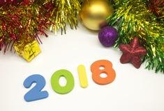 新年快乐2018五颜六色的闪亮金属片圣诞节装饰背景 图库摄影