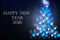 新年快乐2018年与蓝色圣诞树剪影的贺卡 库存图片