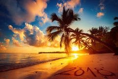 新年快乐2018年概念,在上写字在海滩 黑色克里米亚dag kara山海运日出视图 免版税库存照片