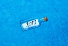 新年快乐2019年,在瓶的消息 免版税库存图片