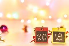 新年快乐2018年,在黑黑板的拉伸次数有bokeh的点燃,文本的空间 图库摄影