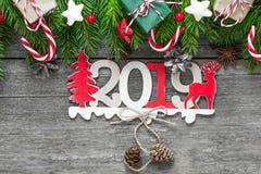 新年快乐2019年 从第的标志2019年与冷杉分支、礼物盒和装饰 免版税图库摄影