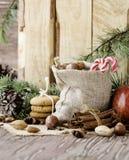 新年或圣诞节构成用核桃,被仔细考虑的酒木背景,选择聚焦 免版税库存图片
