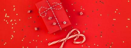 新年或圣诞节礼物红色背景 库存照片