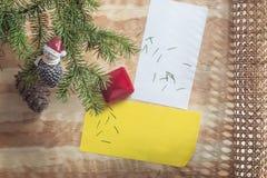 新年或圣诞节问候和一件礼物在木背景 库存照片