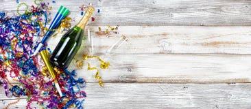 新年晚会装饰和香槟在土气白色木头 库存图片
