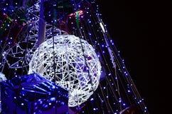 新年树的片段 蓝色颜色很多圆的光位于一个圆锥形框架 免版税图库摄影