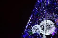 新年树的片段 蓝色颜色很多圆的光位于一个圆锥形框架 库存图片