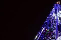 新年树的片段 蓝色颜色很多圆的光位于一个圆锥形框架 免版税库存图片