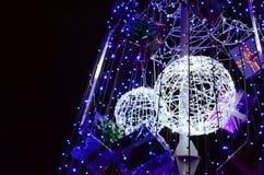 新年树的片段 蓝色颜色很多圆的光位于一个圆锥形框架 免版税库存照片