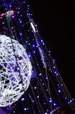 新年树的片段 蓝色颜色很多圆的光位于一个圆锥形框架 图库摄影