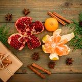 新年概念圣诞节  新鲜的可口石榴石、柑橘、桂香和茴香在木背景 平的位置 顶视图 免版税库存照片