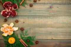 新年概念圣诞节  新鲜的可口石榴石、柑橘、桂香和茴香在木背景 平的位置 顶视图 库存照片