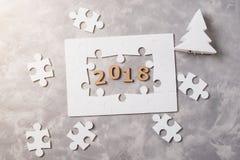 新年概念2018年 在灰色具体背景的七巧板 免版税库存图片