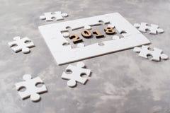 新年概念2018年 在灰色具体背景的七巧板 免版税库存照片