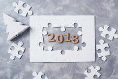 新年概念2018年 在灰色具体背景的七巧板 库存图片