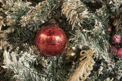 新年玩具和球在明亮的装饰和绿色针 免版税图库摄影