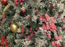 新年玩具和球在明亮的装饰和绿色针 免版税库存照片