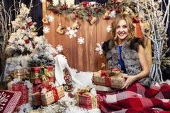 新年的风景的美丽的年轻女人 免版税库存图片