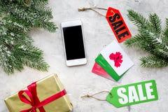 新年礼物网上命令的在石背景顶视图空间的销售与卡片和设备文本的 免版税库存照片
