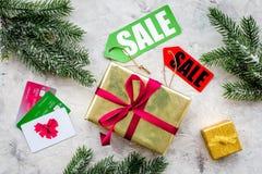 新年礼物网上命令的销售与卡片和云杉在石背景顶视图 库存照片