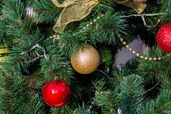 新年红色和金黄球装饰 免版税库存照片