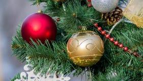 新年红色和金黄球装饰 库存照片