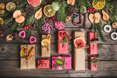 新年结构的在一张木桌上的干果子 抽象空白背景圣诞节黑暗的装饰设计模式红色的星形 平的位置 顶视图 库存照片