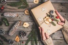 新年结构的在一张木桌上的干果子 抽象空白背景圣诞节黑暗的装饰设计模式红色的星形 平的位置 顶视图 图库摄影
