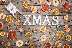 新年结构的在一张木桌上的干果子 抽象空白背景圣诞节黑暗的装饰设计模式红色的星形 平的位置 顶视图 库存图片